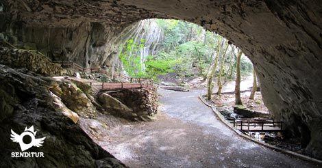 La Cueva de Zugarramurdi se encuentra al norte de Navarra, cercana a la localidad de la que toma el nombre. Es un conjunto prehistórico en el que se han encontrado algún que otro resto arqueológico.