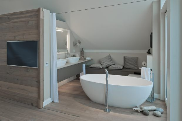 Das Badezimmer Im Ferienhaus Mit Freistehender Badewanne