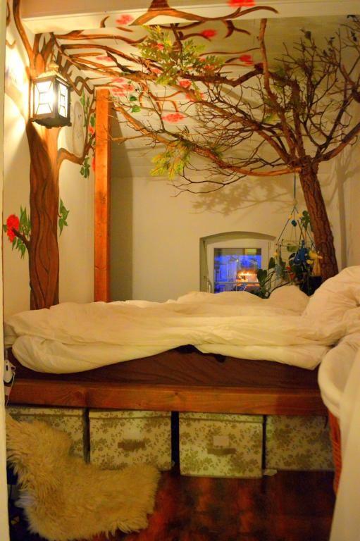 Kreative Idee Fürs WG Zimmer   Baum Als Decken  Und Wandgestaltung über Dem  Bett