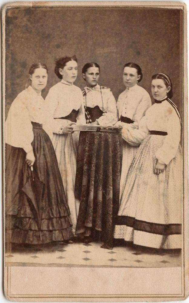 5 YOUNG LADIES STANDING FASHION DRESSES PHOTO ALBUM UNUSUAL GREENE, NY CDV