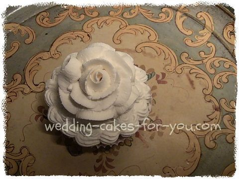 A fresh apple and spice cupcake with a dreamy whipped cream rose on top. Find  recipes and ideas at wedding-cakes-for-you.com