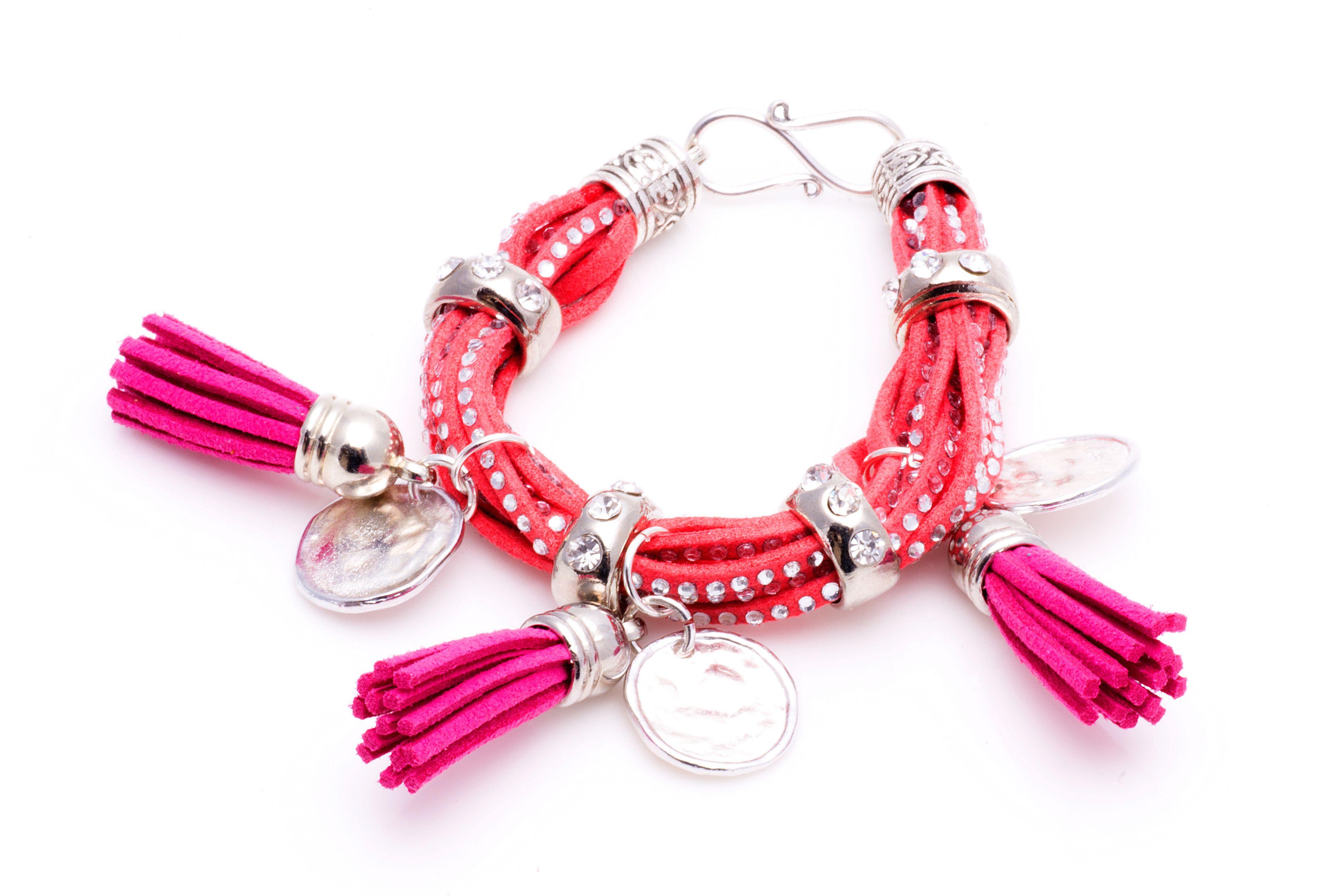 Exclusiva pulsera #Boho Style fucsia con entrepiezas en zámak y flecos de adorno.