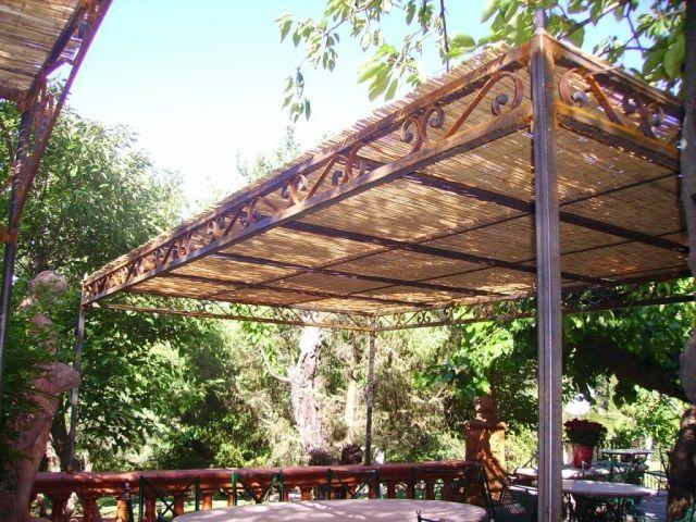 pergola en fer forg tonnelles fer forg vaucluse lagnes pergola en bois exotique. Black Bedroom Furniture Sets. Home Design Ideas