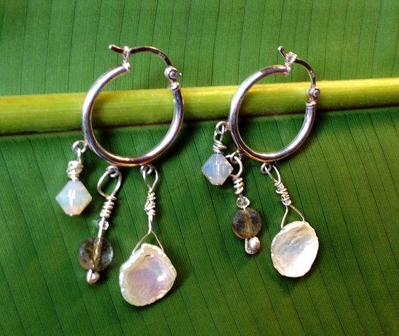'Como Borboletas' - brincos de prata .925, pétalas de pérolas naturais, contas de labradorita facetadas e cristais Swarovski. R$155.00