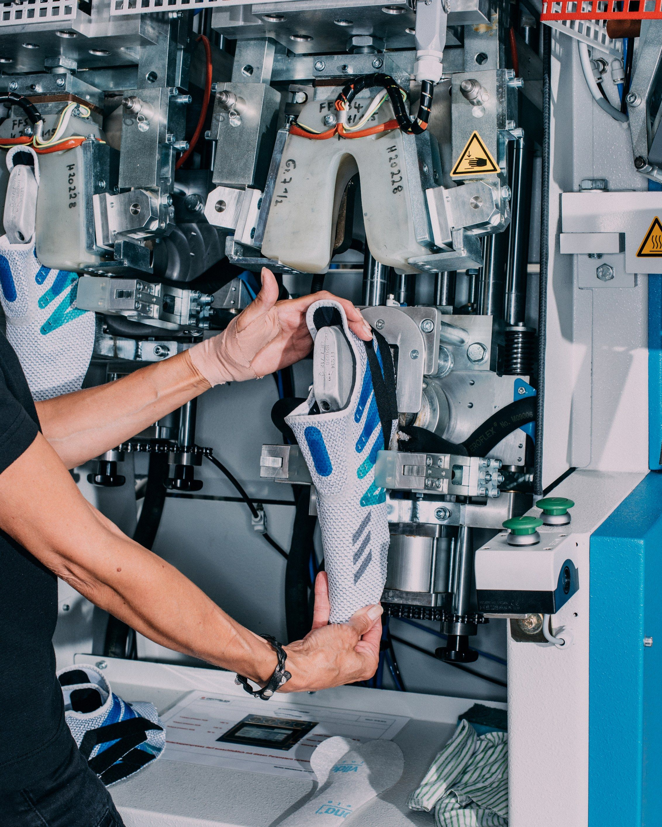 Intento Boquilla llevar a cabo  Inside Adidas' Robot-Powered, On-Demand Sneaker Factory | Factory, Sci fi  armor, Robot