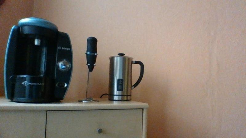 BOSCH Espresso-Maschine Tassimo. Espresso, Cappuccino, Heiße Schokolade, Tee,wählen Sie aus 11 Heißgetränken, welches Sie genießen wollen und die bereitet es Ihnen in nur kurzer Zeit zu! Jede Kapsel hat einen Strichcode, der, nachdem er gescannt wurde, der Maschine die genaue Brühzeit, Temperatur, Wassermenge und Druck übermittelt. Praktisch! Dank des Thermoflux-Systems ist die Wasseraufheizzeit nur sehr kurz und die Zubereitung dauert nur einige Sekunden. Auf ihren höhenverstellbaren…