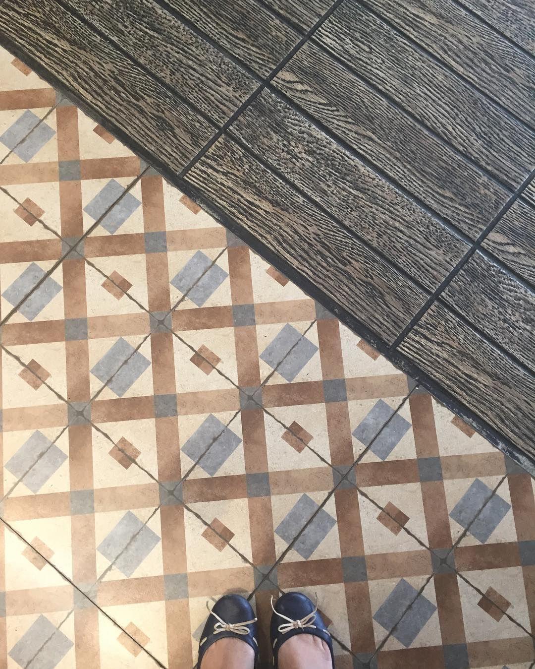 Alguém aí com mania de fotografar o piso? Heheheheh {} Não resisto quando vejo esses ladrilhos  Reconhecem @patmedeiros @rodrigopl20 ?
