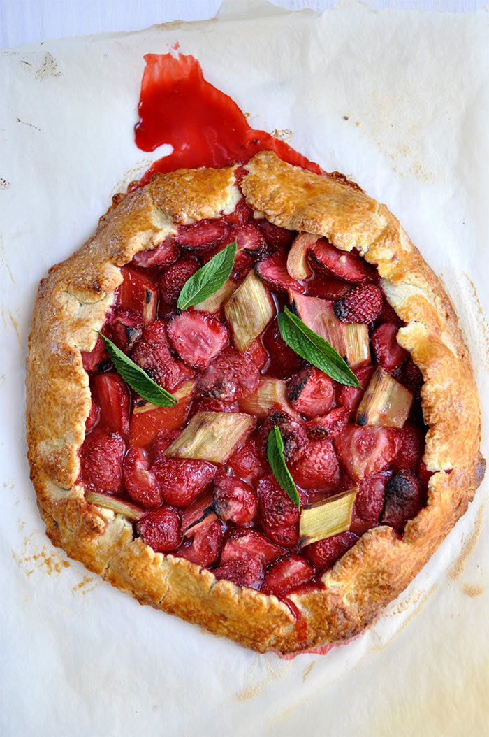 Everyone at home loved this rustic strawberry and rhubarb pie ... I make one every week now !