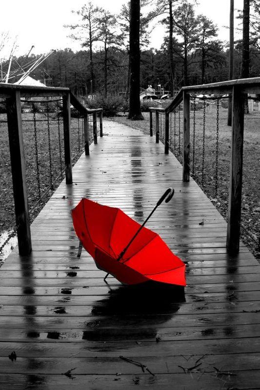 Red umbrella #Black #rojos  J'aime cette photo, car je la trouve très jolie avec le font qui est en noir et blanc et la touche rouge du parapluie. Sur cette photo on peux voir que le parapluie est un élément important de la photo  et qu'elle ne serait pas autant intéressante sans cette touche de couleur.  Repin & Follow my pins for a FOLLOWBACK!