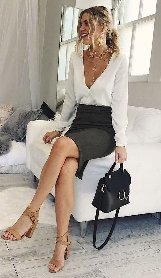 Business professional outfits to wear to your next interview for all woman. Classy outfits to wear to an interview. Pencil skirt, white blouse, classy work purse. Business woman #weartowork