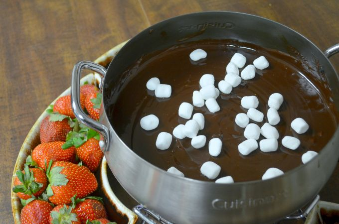 Looking for an easy chocolate fondue recipe? You've find it! Smores fondue recipes #chocolatefonduerecipes