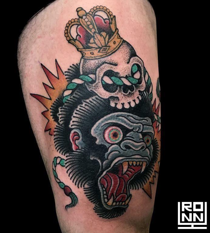 Tatuaje gorila con calavera a color #Tatuaje #TatuajeColor #TatuajeGorila #TatuajeCalavera #RonnyLee #Tattoo #SkullTattoo #MonkeyTattoo