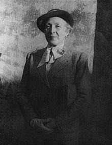 Marie Laurencin (1885 - 1956) was een Frans schilderes en grafica. Laurencin behoorde tot de avant-garde van de kring rond Pablo Picasso in Parijs aan het begin van de twintigste eeuw. Ze was destijds een van de weinige vrouwelijke kubistische schilders, waarbij ze zich onderscheidde door het gebruik van pasteltinten en rondere vormen.