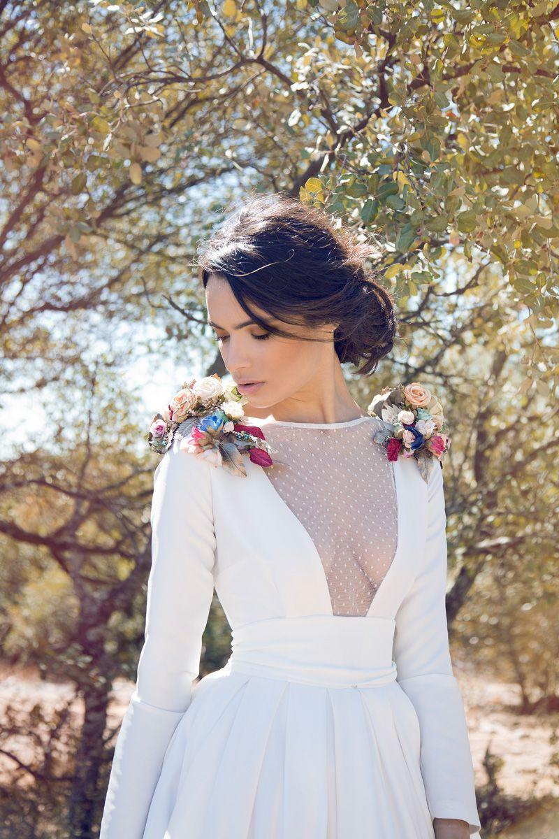b33e87f4f9 vestido de novia con escote con transparencia y hombreras con aplique de  flores - Matilde Cano Novia