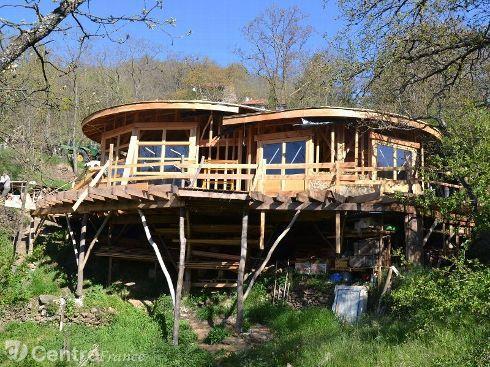 Maison écologique et bioclimatique en forme de huit, montée sur