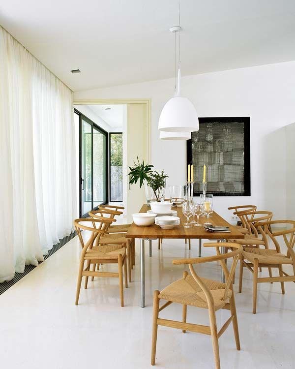 comedor con dos bellas lmparas colgantes sobre la mesa dining area with two stunning pendant