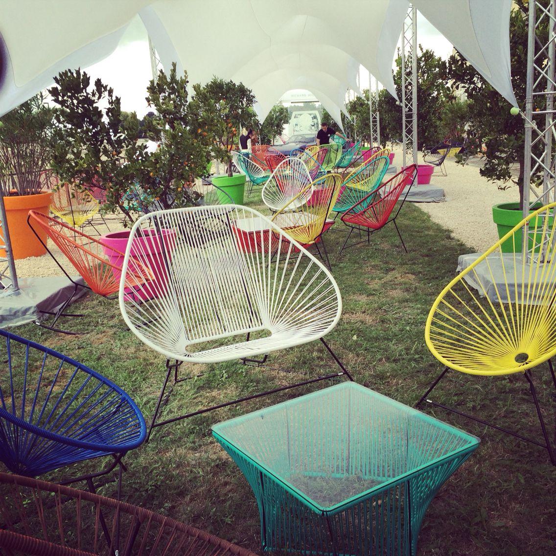 Petit cadre privilégié dans le parc du château de chantilly. Des fauteuils Acapulco mais aussi des canapés et des tables basses.