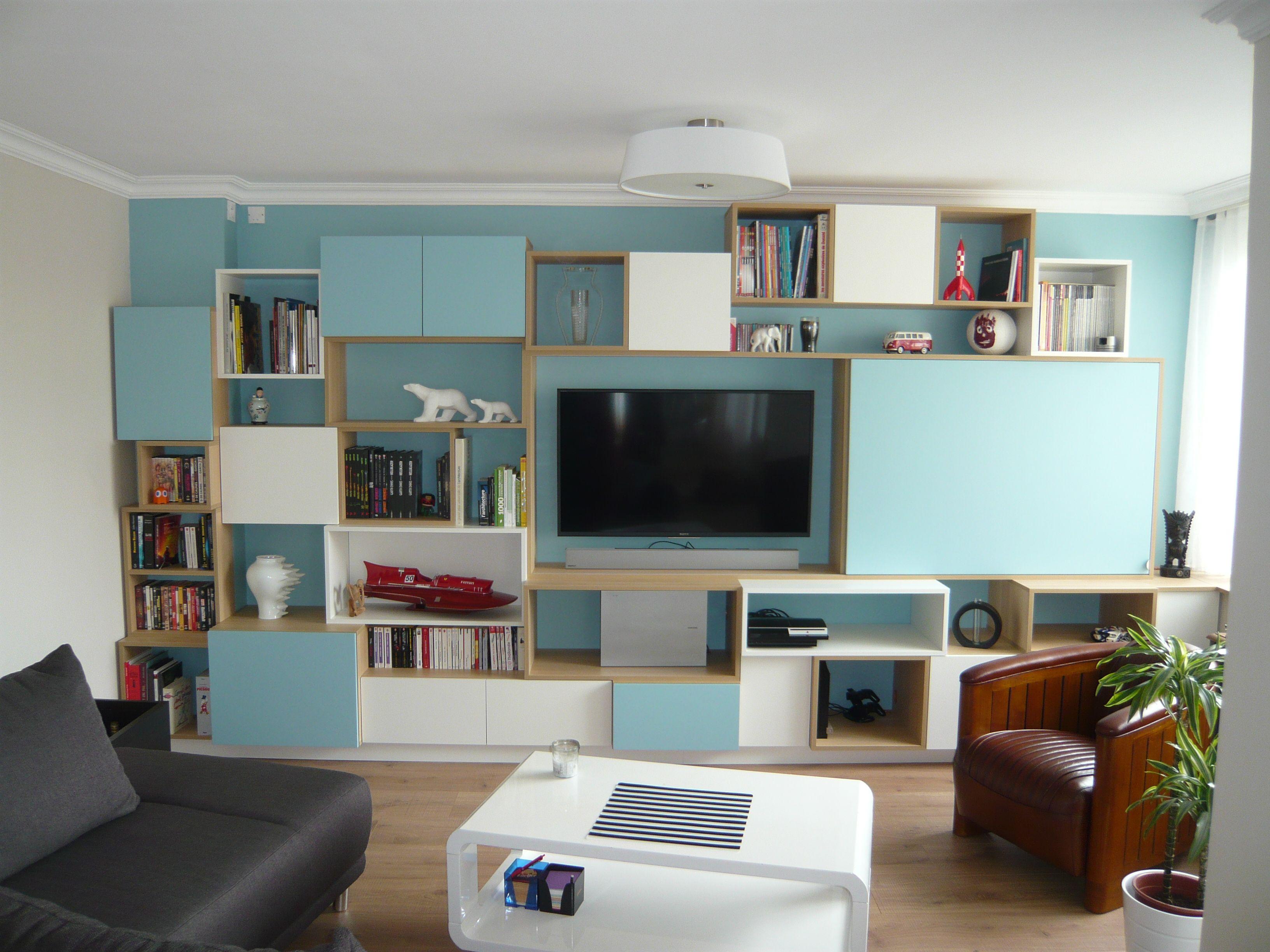 Bibliothèque avec TV intégrée qui se cache derrière un panneau ...