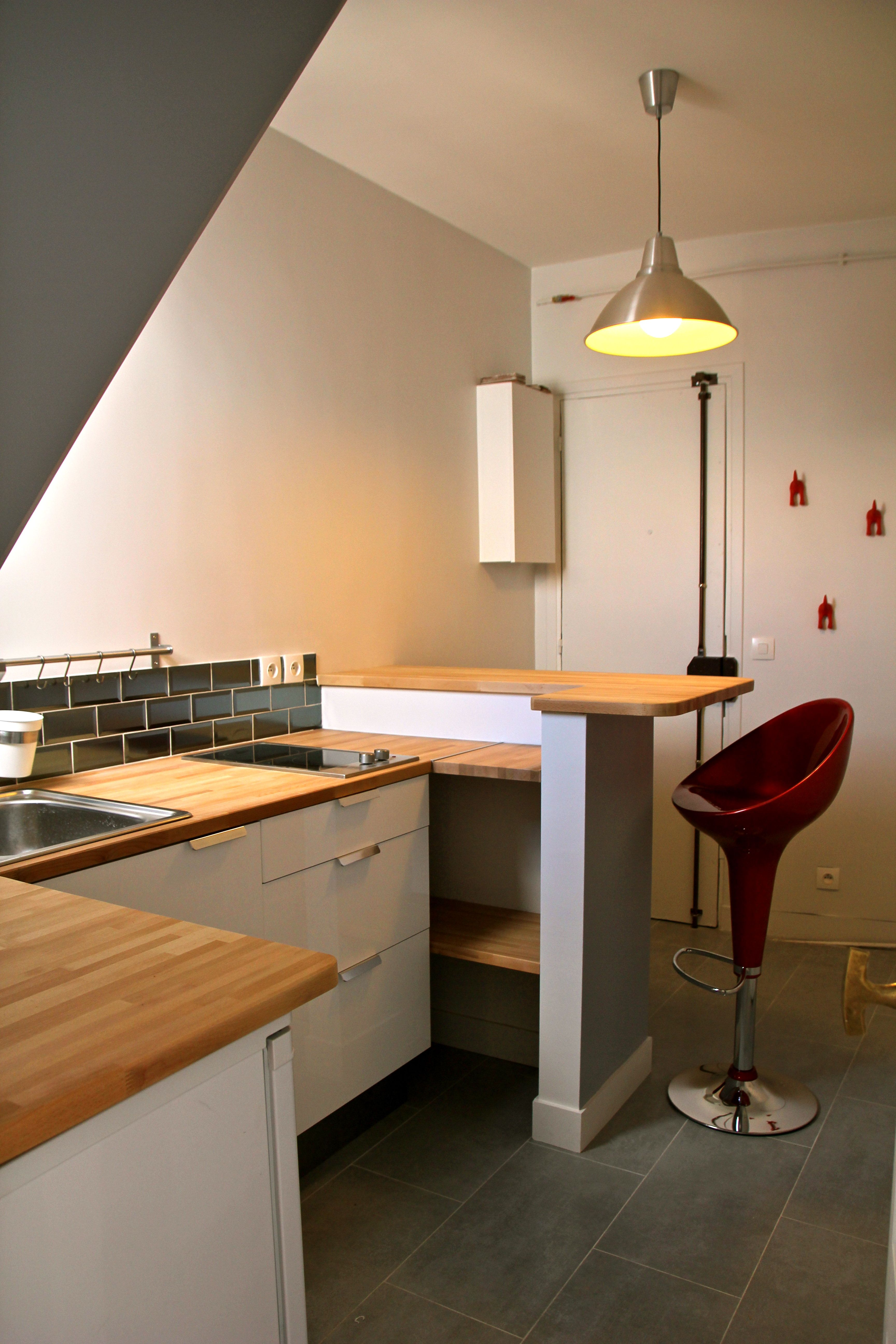white grey and red kitchen for student flat ikea by murs merveilles i. Black Bedroom Furniture Sets. Home Design Ideas