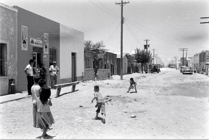 Ninos Jugando En La Calle 1960 S ٩ ۶ Ml 3yayaųno M U