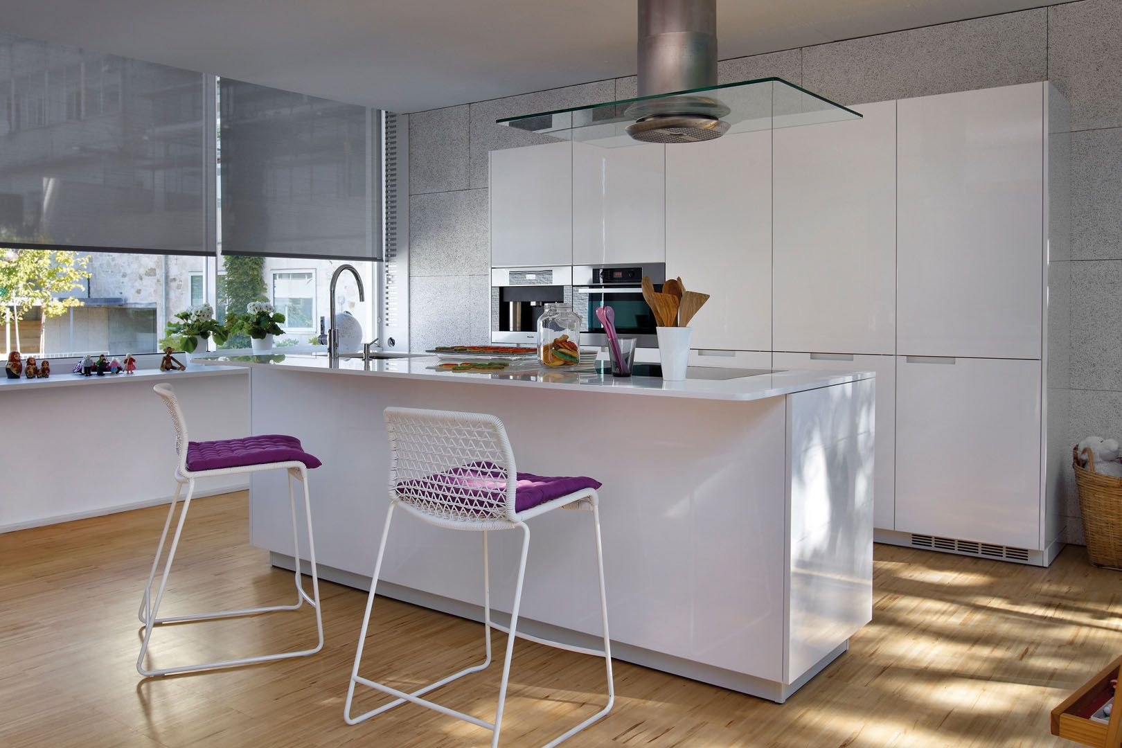 Cocina blanca con isla minimalista in 2019 Aluminium