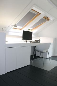 un bureau sous les combles comble mansarde http www m. Black Bedroom Furniture Sets. Home Design Ideas