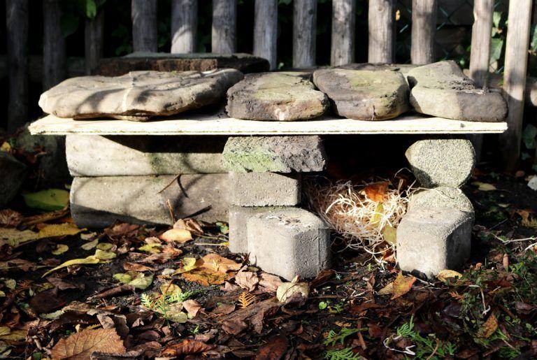 Ein Igelhaus aus Steinen bauen | DIY - grüneliebe