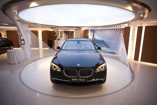 Bmw S Apple Like Geniuses Sell Luxury Cars With Tablets Car Showroom Design Car Showroom Interior Car Showroom