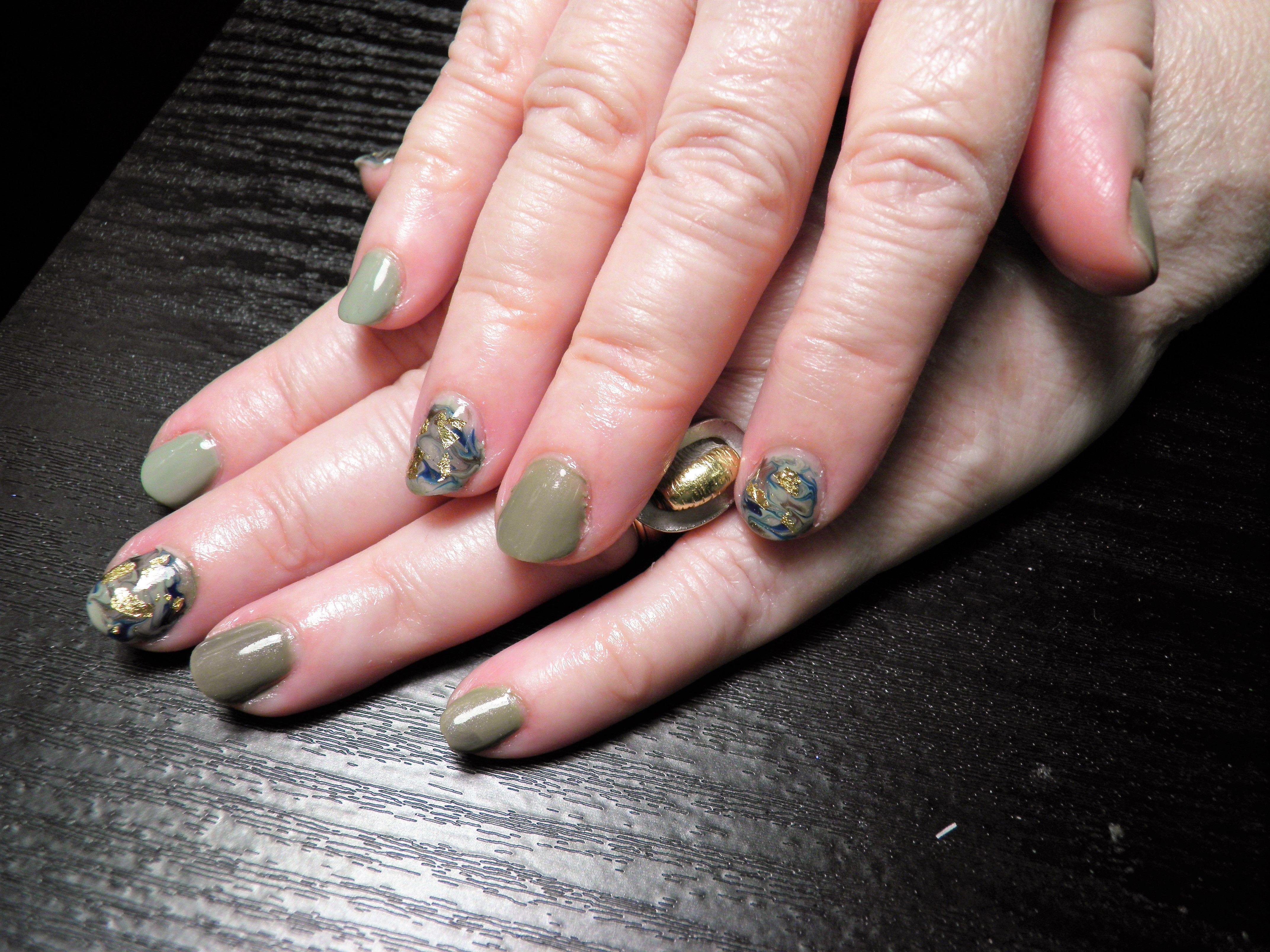 Short camouflage nails gel polish u gold flakes on natural nails