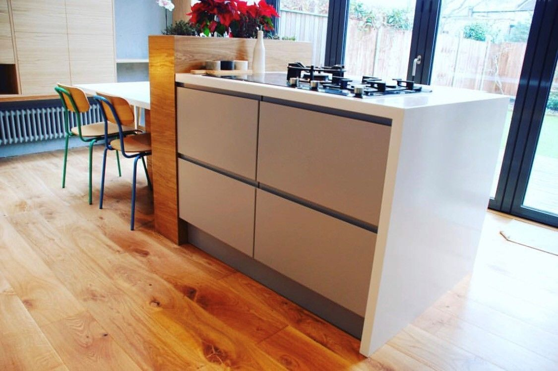 The Natural Feel Of Wood Such As Oak Blending With Corian Glacier White Brings Together An Effortless Modern Twis Sleek Kitchen British Country Kitchen Corian