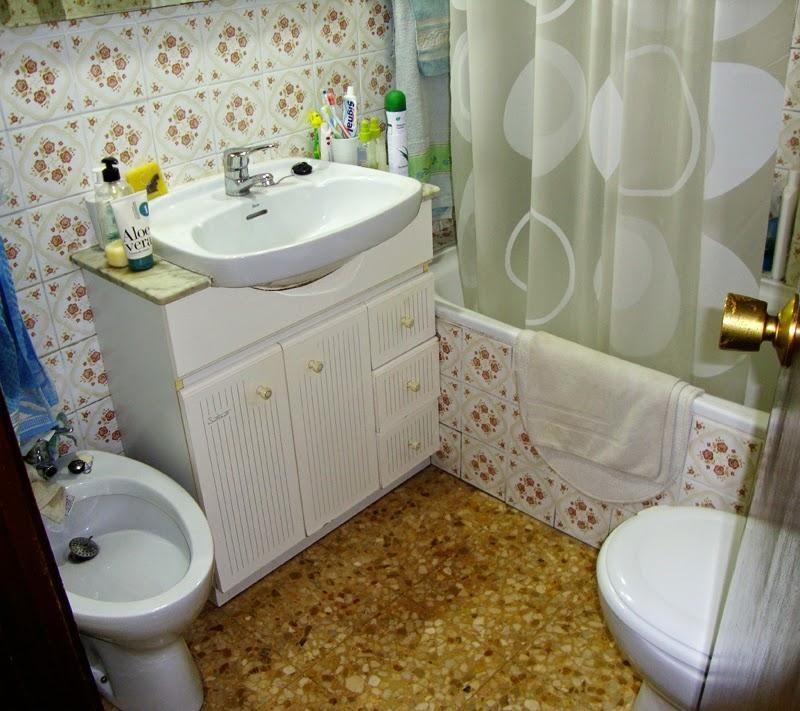 Reforma completa en un cuarto de ba o toilet pedestal - Pintar azulejos de bano ...