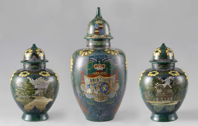Stel van drie vazen met deksels van aardewerk, N.V. Haagsche Plateelfabriek Rozenburg, 1896