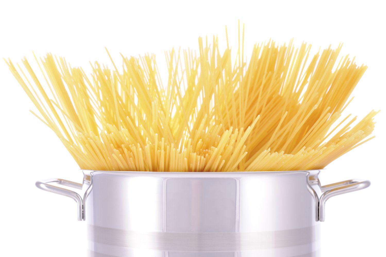 Pane ensin pasta kiehumaan ja tee sitten pikasoosi. Kuva: Istockphoto.