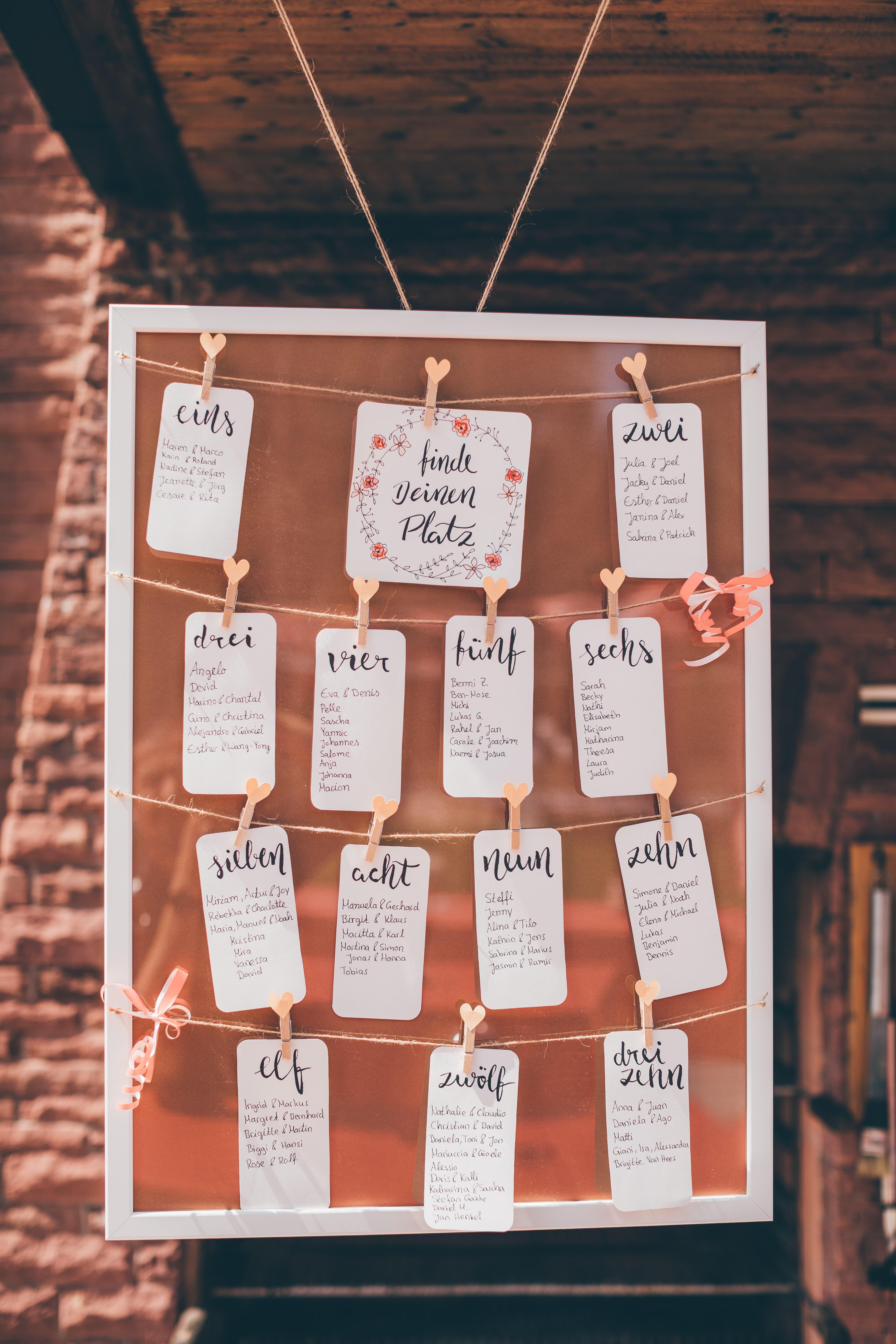 Finde deinen Platz! DIY Sitzplan für deine Hochzeit. Einfach einen ...