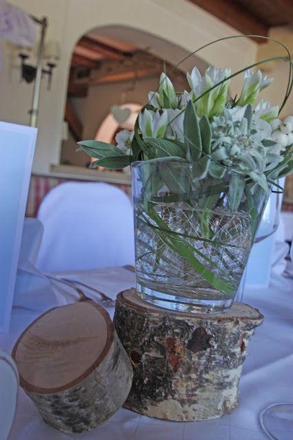 Centerpiece Mit Edelweiss In Glasern Auf Holzscheiben Edel