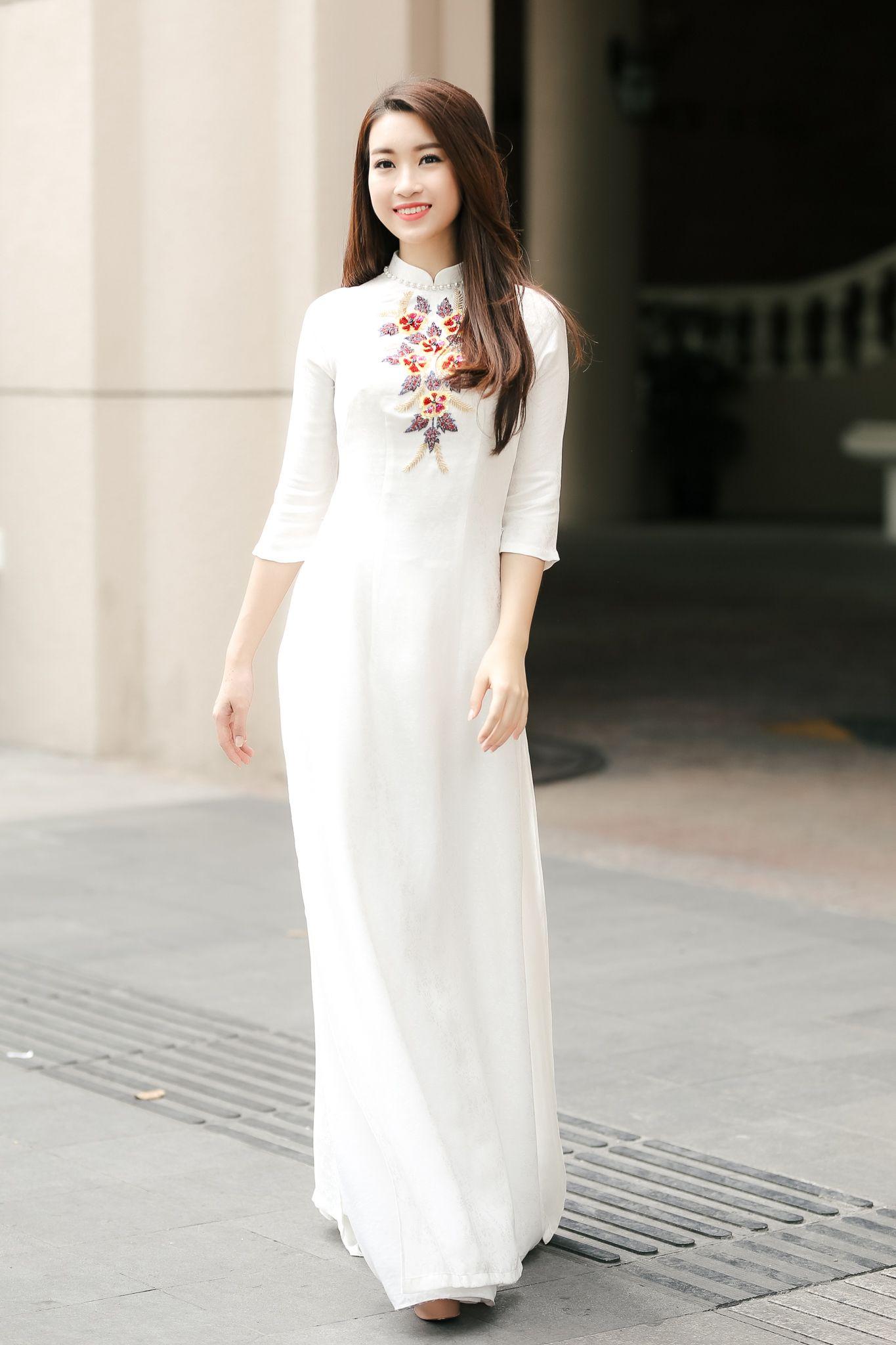Hoa hậu Mỹ Linh giản dị trong tà áo dài trắng | Áo dài, Phong cách ...