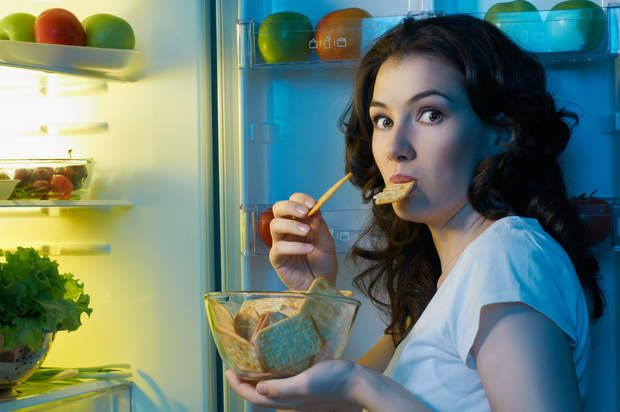 Éviter le grignotageComment faire : On mange trois sardines toutes simples, en boîte au déjeuner. Mais attention, égouttez bien l'huile sur un papier absorbant et n'ajoutez pas de beurre. Un filet de vinaigre ou de citron convient bien si vous aimez.Pourquoi ça marche ? « Trois sardines, c'est 200 calories et il faut 6 heures pour les digérer» explique le Dr Frédéric Saldmann, auteur de « Prenez votre santé en mains! » (éd Albin Michel). En plus les sardines, riches en oméga 3, vitamines, et…