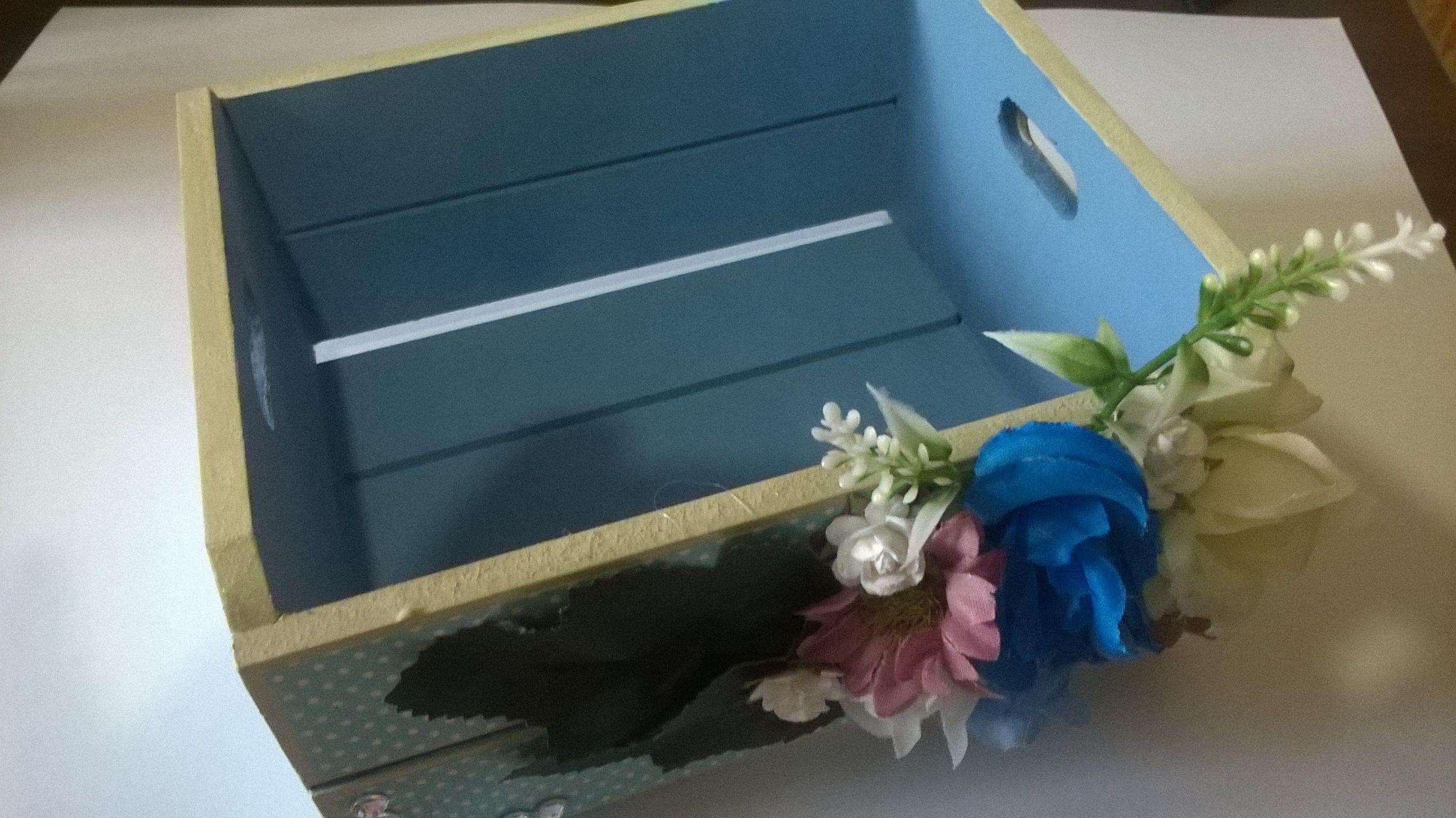 Minha participação no Desafio da Organização - DT Edelise do blog Scrapbook e Tal, com a produção de um Porta Treco em mdf, pintado em tons azuis decorado com papeis para scrap e flores artificiais.