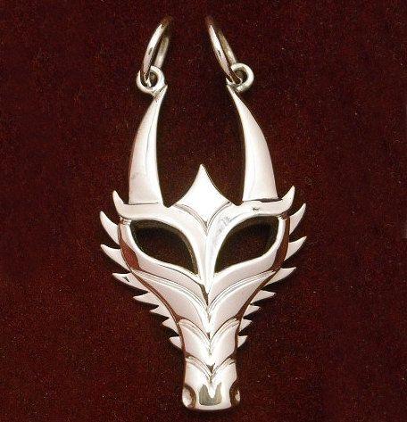 Ciondolo maschera di drago spiney - argento di DansMagic su Etsy https://www.etsy.com/it/listing/81390608/ciondolo-maschera-di-drago-spiney