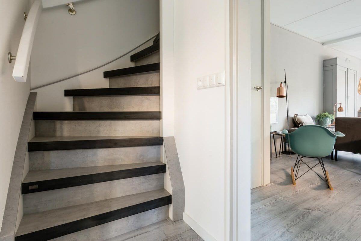 Donkergrijze houten dichte trap traprenovatie doetinchem