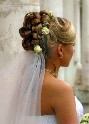 Des idées de coiffure de soirée pour la femme. Idées de coiffures pour une  soirée. Idée de coupe femme pour soirée et fêtes.