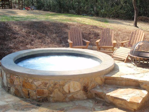 whirlpool im garten holzstühle steine rund | Whirlpool bauen ...