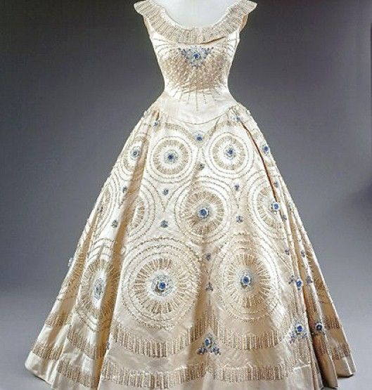 1950s Vintage Dress Worn By Queen Elizabeth Now That S A Vintage 50 S Party Dress Vintage Gowns Fashion Vintage Outfits