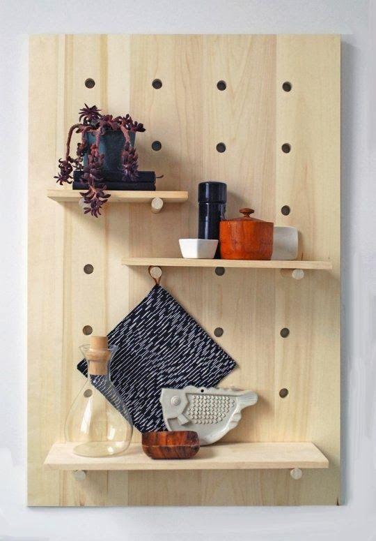 Une étagère moderne à faire soi-même Wooden pegs, Wall racks and