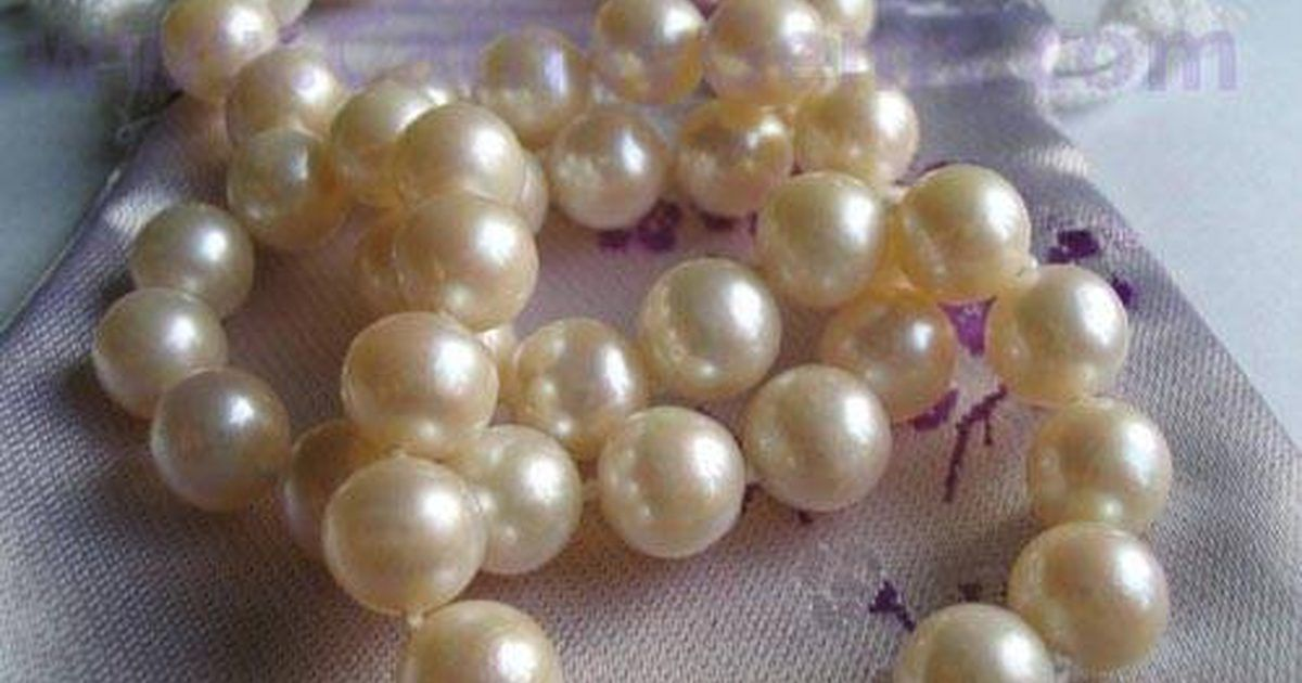 4ca1b9a7a31c Cómo limpiar un collar de perlas. Los collares de perlas se usan a menudo en