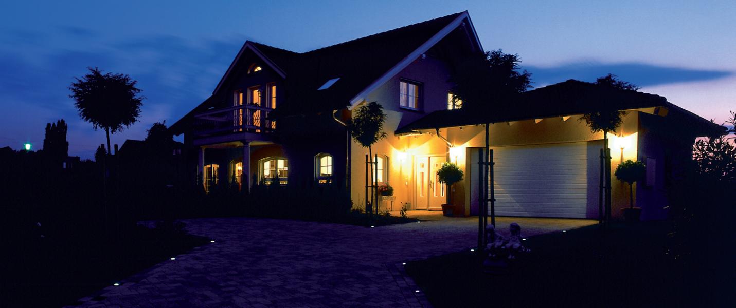 Una casa illuminata suggestivamente da faretti e fari led for Illuminazione led casa esterno