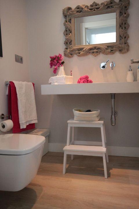 El baño tiene un aspecto impecable y la tarima Grato ...