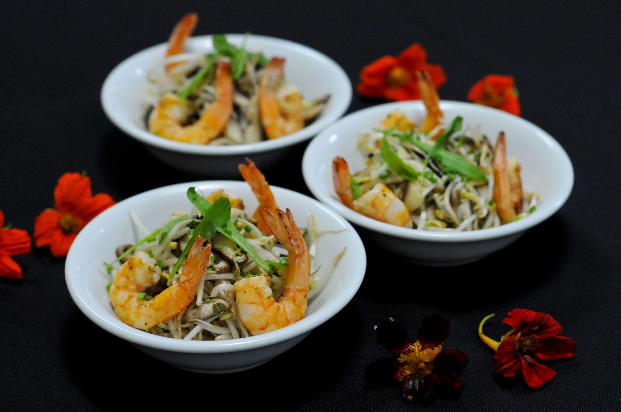 Salada de camarões acompanhados de broto de bambu e shitake