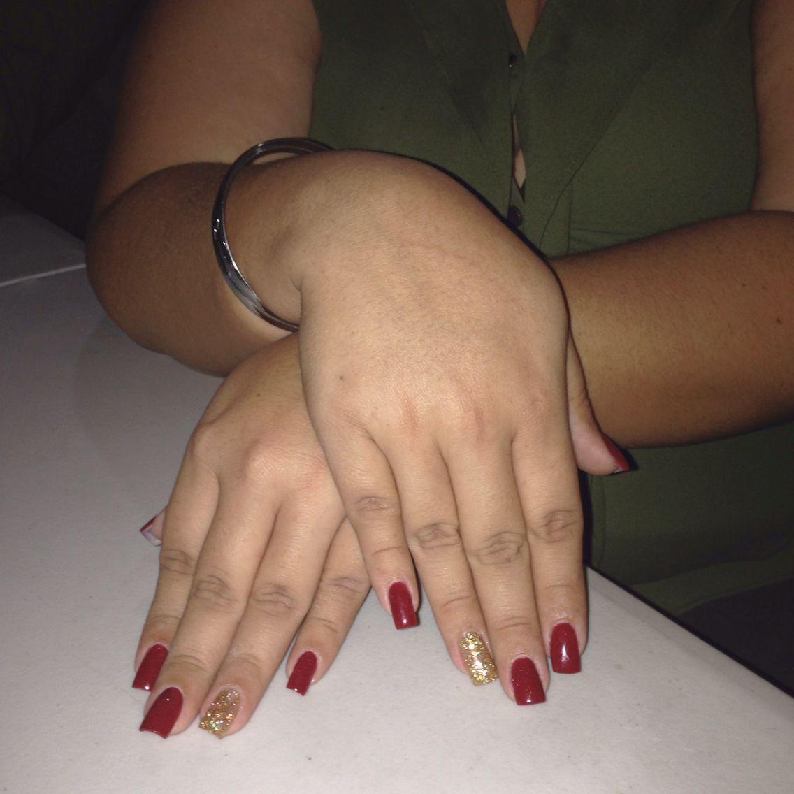 Rojo manzana con un detalle en dorado... Baño acrílico en uñas ...