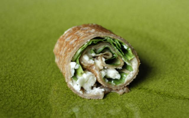 Petits roulés de galettes de Sarrazin à l'houmous, laitue et féta | Buchweizen-Galette mit Hummus, Salat und Feta. Entdecke unser Rezept.